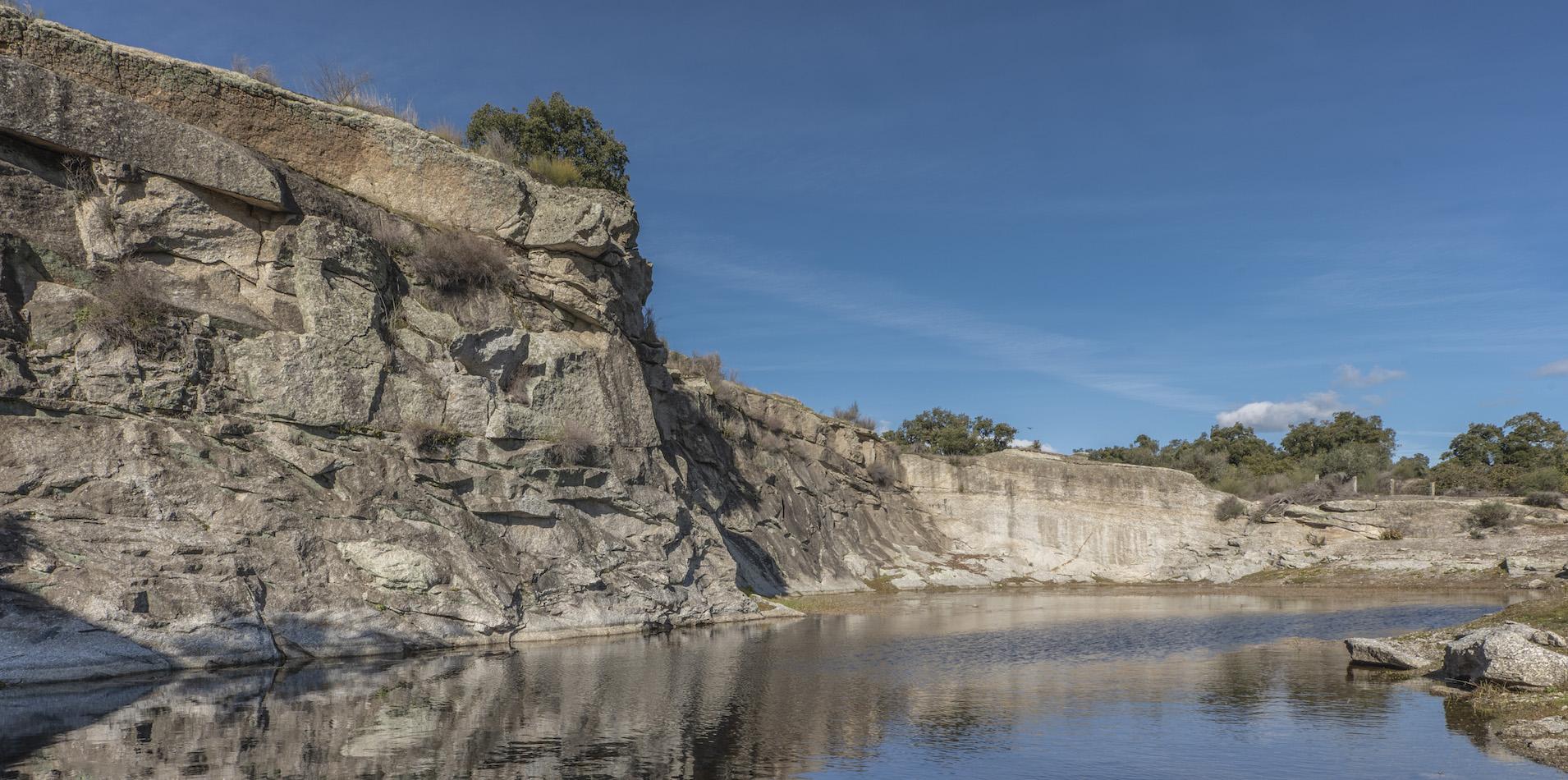 Lacul cel mare cu stanci de granit